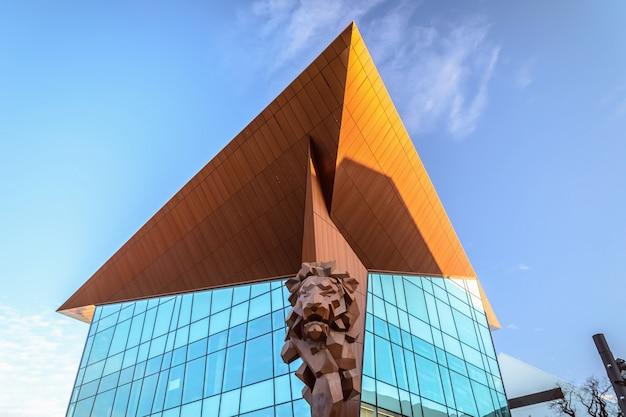 Edifício moderno de vidro em gdansk, polónia Foto Premium