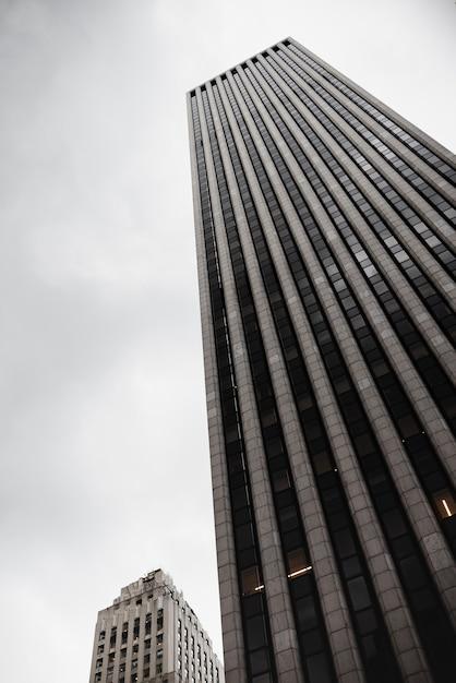 Edifício moderno em ângulo baixo de espaço urbano Foto gratuita