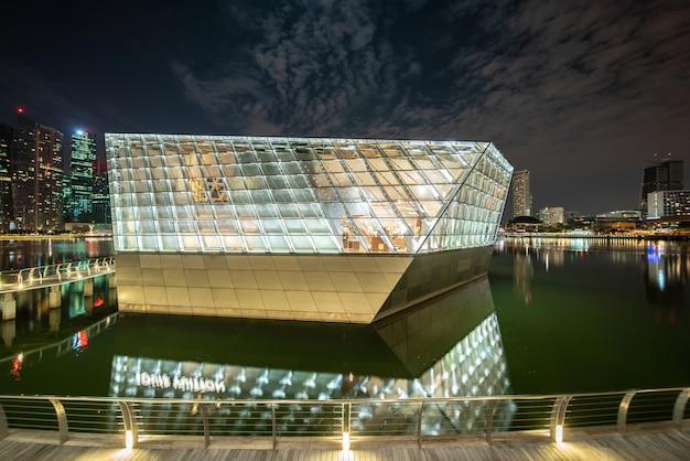 Edifício moderno, iluminado à noite Foto gratuita