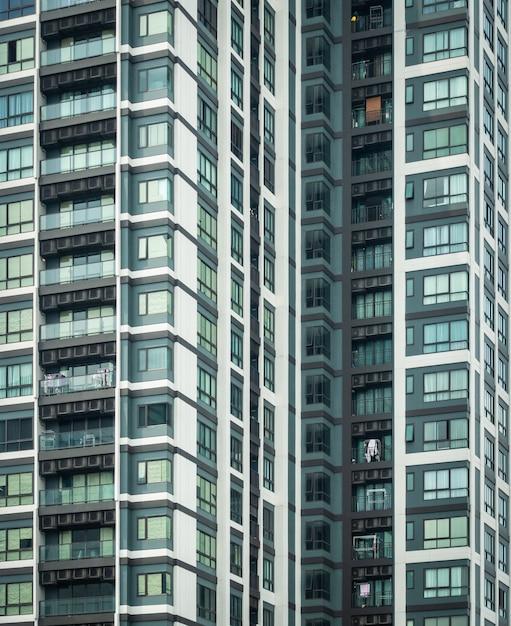 Edifício residencial, exterior do prédio, complexo de apartamentos com janelas, face do prédio, edifícios altos, condomínio em bangkok tailândia Foto Premium