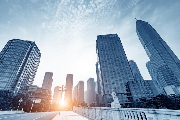 Edifícios altos e estradas com vista para o pôr do sol Foto Premium