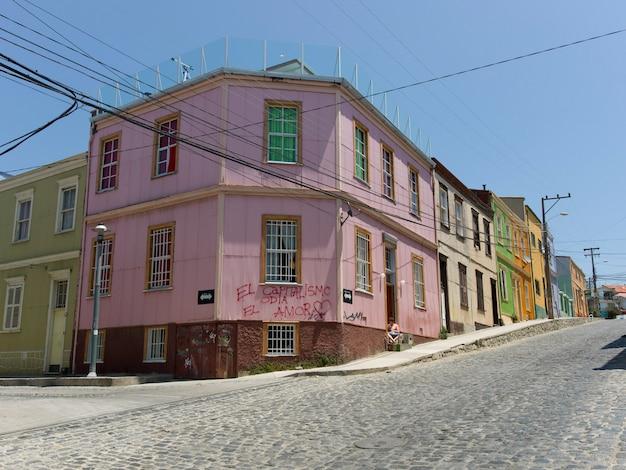 Edifícios ao longo de uma rua de paralelepípedos, valparaíso, chile Foto Premium