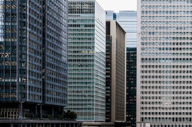 Edifícios comerciais modernos na cidade Foto gratuita