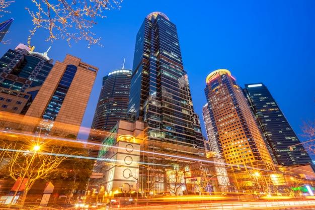 Edifícios da cidade de shanghai à noite e luzes do carro turva Foto Premium