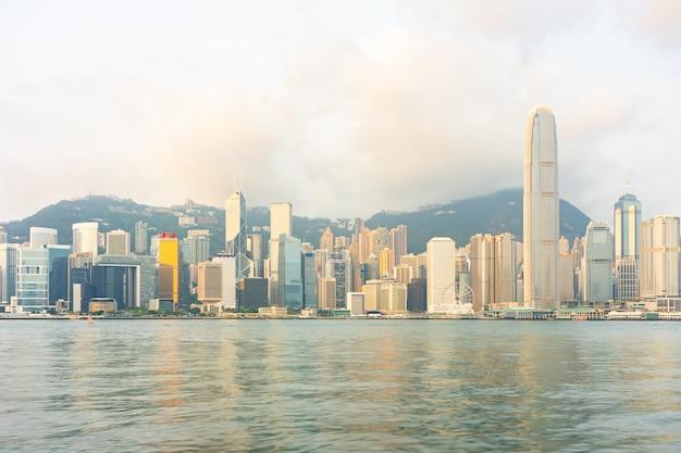 Edifícios de arranha-céus de marco de panorama no porto de victoria em hong kong city Foto Premium