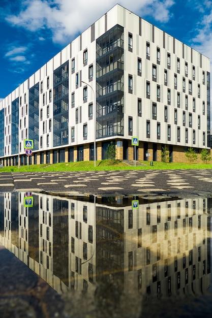 Edifícios de cor branca criados em estilo contemporâneo. a grama e as árvores do fundo. o edifício que abriga a universidade innopolis da cidade, kazan Foto Premium