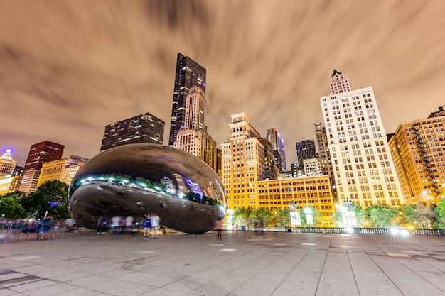 Edifícios e pessoas foram refletidos por the bean ou the cloud gate no millenium park Foto Premium