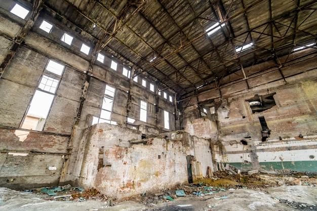 Edifícios industriais em fábrica abandonada. interior industrial abandonado com luz brilhante Foto Premium