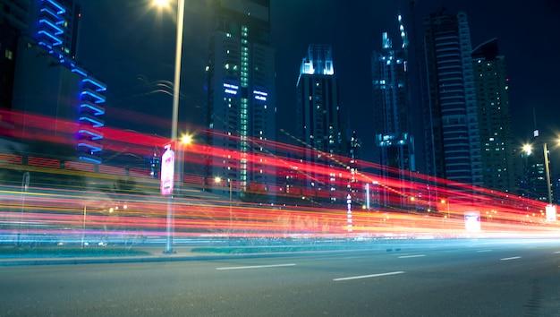 Edifícios modernos à noite e linhas de movimento Foto Premium