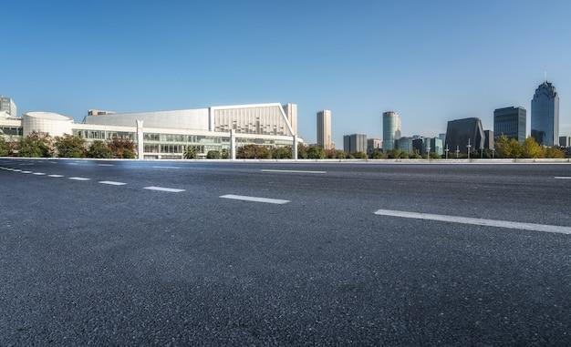 Edifícios modernos da cidade e ruas em ningbo, china Foto Premium