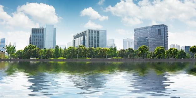 Edifícios modernos na margem do rio Foto gratuita