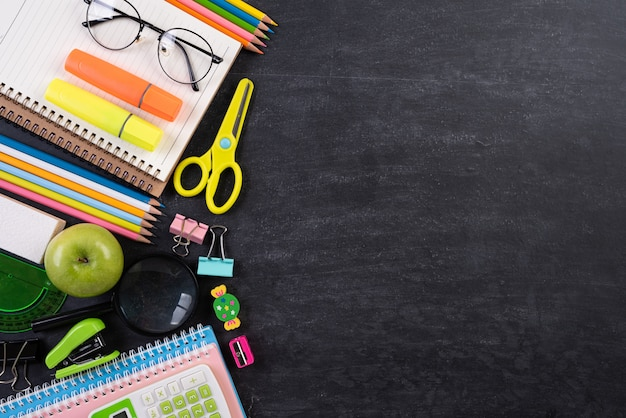 Educação ou de volta ao conceito da escola no fundo do quadro. lay plana. Foto Premium