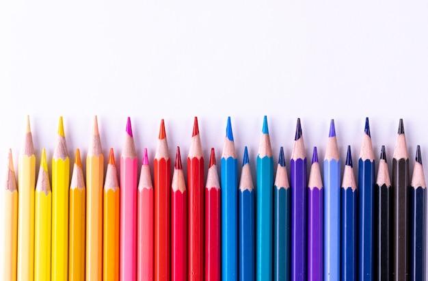Educação ou de volta ao conceito de escola. vários lápis coloridos isolados no branco. Foto Premium