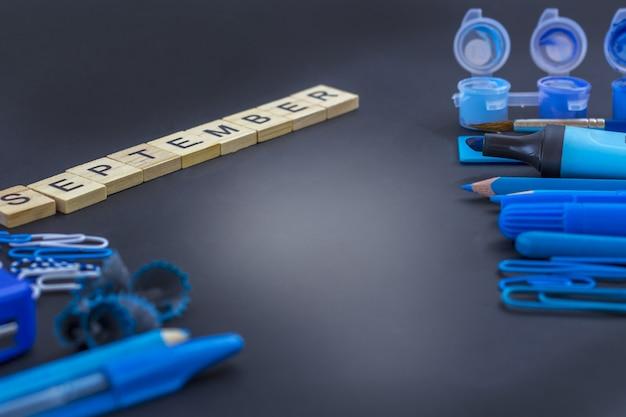 Educação ou volta às aulas. material escolar azul no quadro-negro com copyspace. Foto Premium