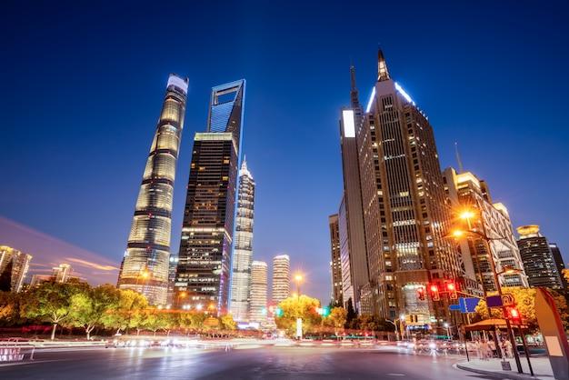 Efeito de velocidade de movimento com a noite da cidade Foto Premium