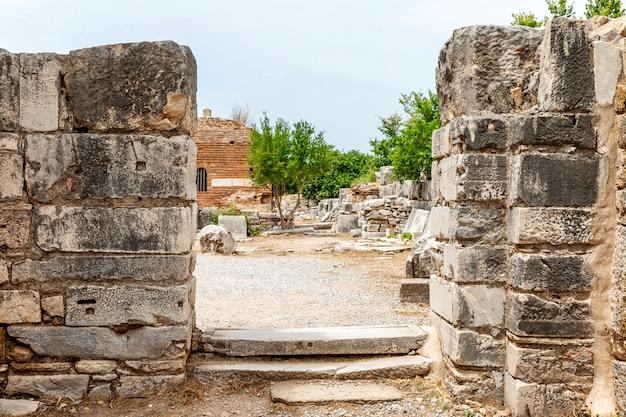 Éfeso, turquia, 20/05/2019: artefatos antigos nas ruínas de uma cidade medieval. Foto Premium