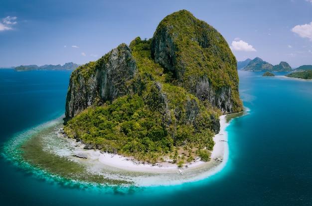 El nido, palawan, filipinas. drone aéreo acima da foto da impressionante ilha pinagbuyutan. Foto Premium