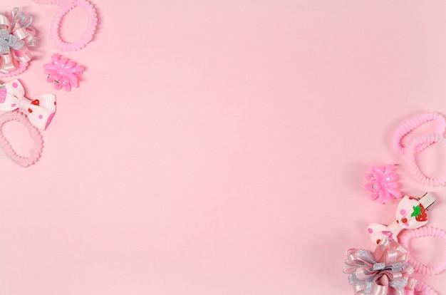 Elásticos e ganchos de cabelo para um pequeno fashionista em cores rosa Foto Premium