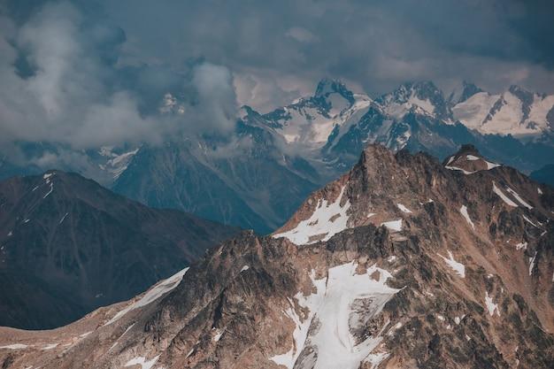 Elbrus, montanhas no verão. montanhas do cáucaso maiores from monte elbrus Foto Premium
