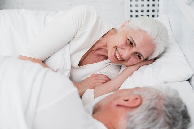 Elder casal descansando na cama Foto gratuita