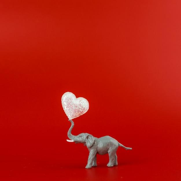 Elefante de brinquedo cinza com coração Foto gratuita