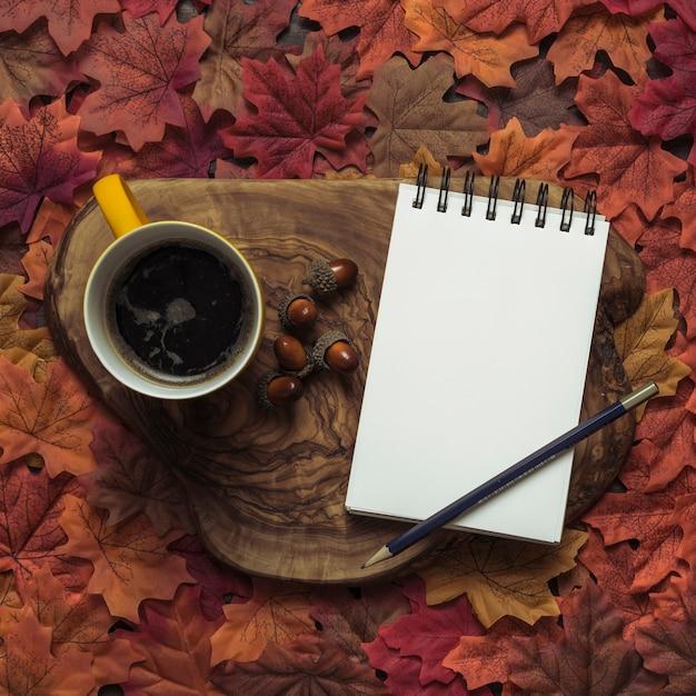 Elegante bloco de notas e café outono conjunto Foto gratuita