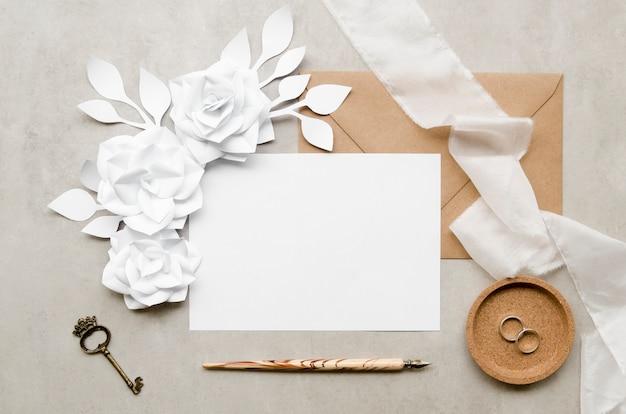 Elegante cartão vazio com flores de papel Foto gratuita