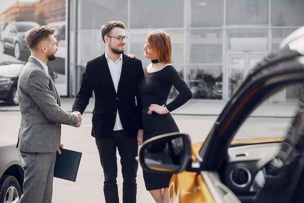 Elegante e elegante casal no salão do carro Foto gratuita