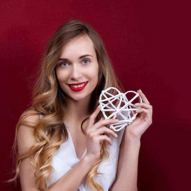 Elegante e moda mulher segurando coração Foto Premium