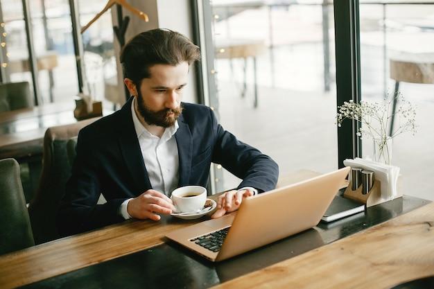 Elegante empresário trabalhando em um escritório Foto gratuita