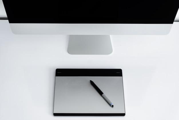 Elegante espaço de trabalho com computador em casa Foto Premium