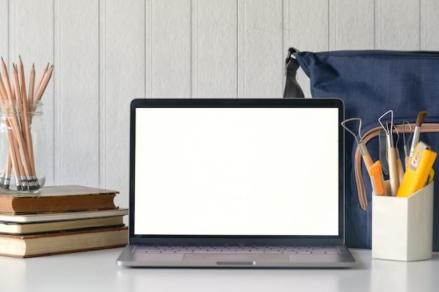 Elegante espaço de trabalho com laptop mockup na mesa de mesa. Foto Premium