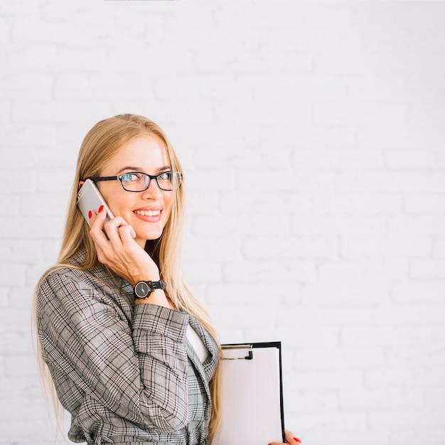 Elegante, executiva, fazendo telefonema Foto gratuita