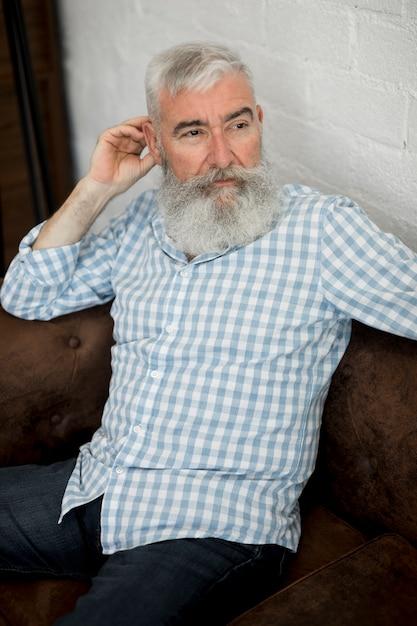 Elegante homem de cabelos grisalhos sênior com barba longa Foto gratuita