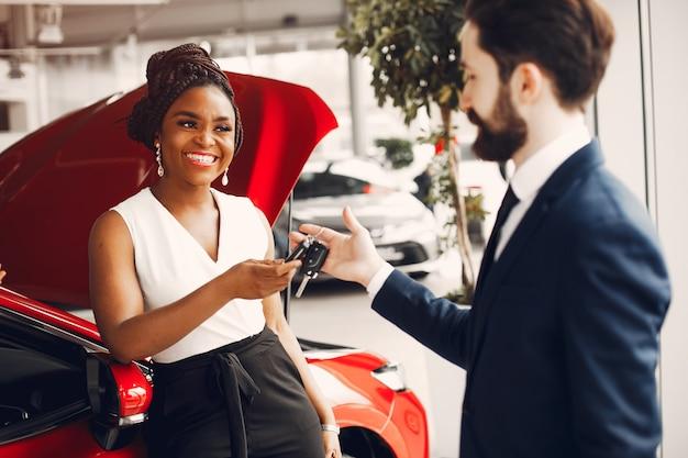 Elegante mulher negra em um salão de beleza do carro Foto gratuita