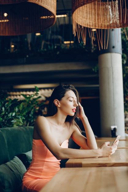 Elegante, senhora, com, telefone móvel Foto gratuita