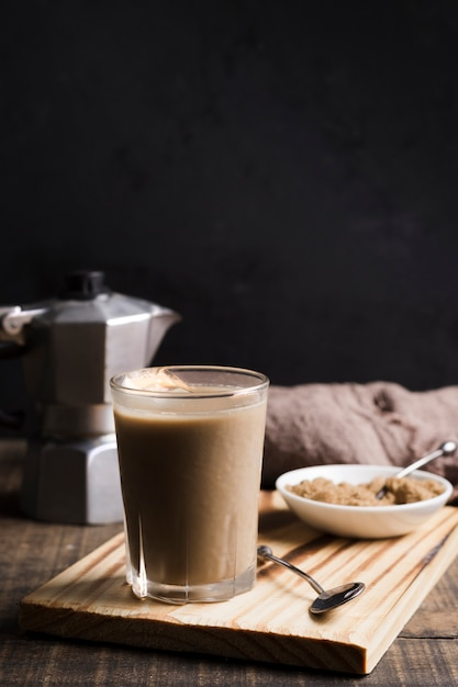 Elegante xícara de café frio com cubos de gelo Foto gratuita