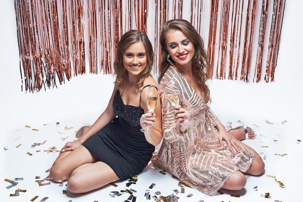 Elegantes jovens se divertindo e bebendo champanhe durante a festa de ano novo. Foto Premium