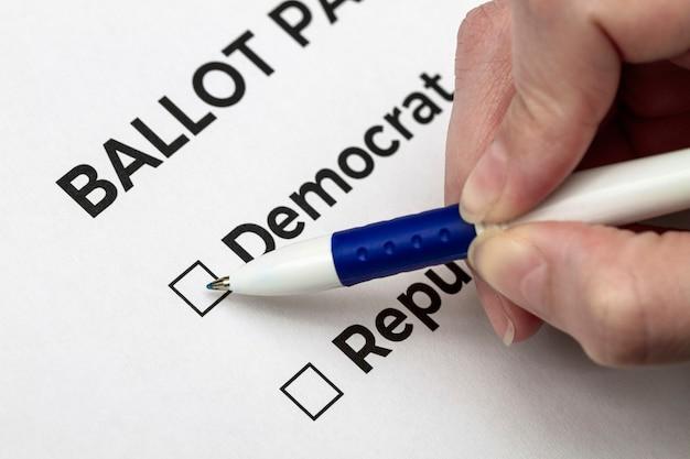 Eleitor se prepara para votar no democrata na cédula Foto Premium
