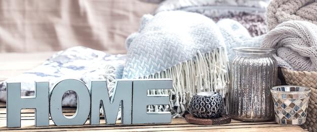 Elementos de decoração aconchegante em casa em cima da mesa na sala de estar Foto gratuita