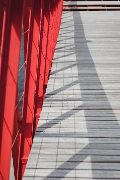 Elementos de metal da ponte e piso de madeira Foto gratuita