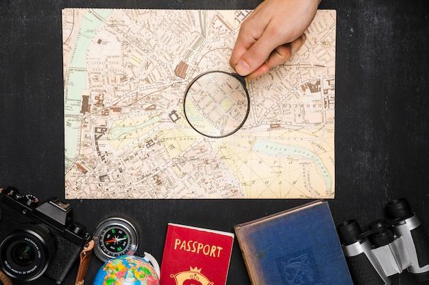 Elementos de viagem sob a vista superior do mapa Foto gratuita