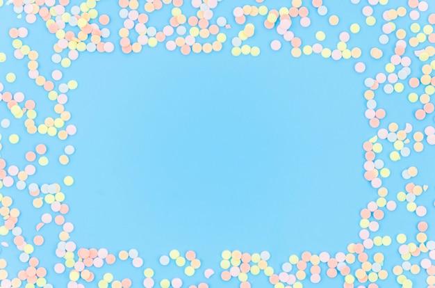 Elementos decorativos coloridos de aniversário Foto gratuita