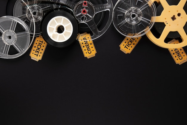 Elementos do filme em fundo preto com espaço de cópia Foto gratuita