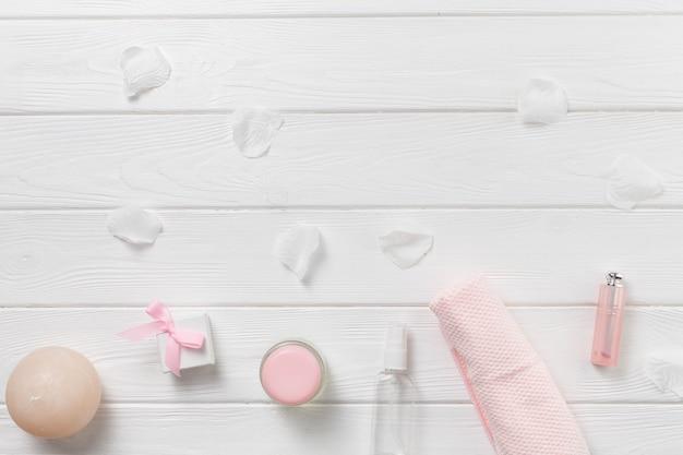 Elementos naturais para spa com produto de beleza Foto gratuita