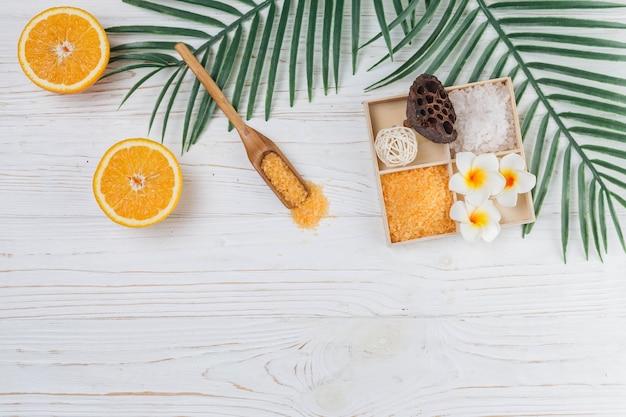 Elementos naturais para spa com sais de banho Foto gratuita