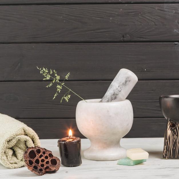Elementos naturais para spa com velas Foto gratuita