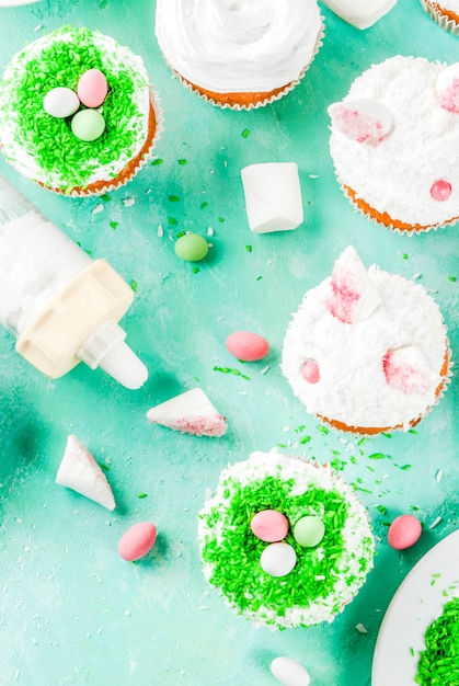 Elementos para fazer cupcakes de páscoa com orelhas de coelho Foto Premium