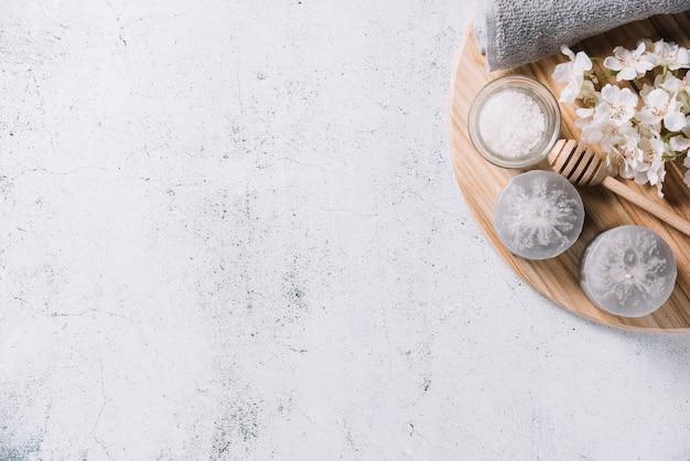 Elementos para uma massagem relaxante em um spa Foto gratuita