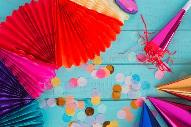 Elemets de aniversário com confete Foto gratuita